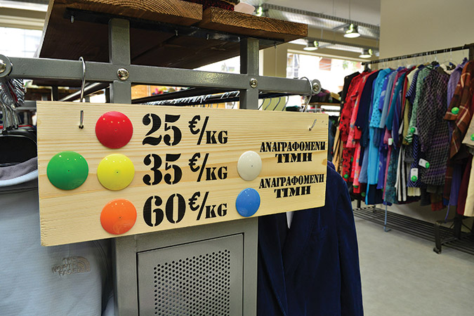df96a6bb816 ... να διαλέγουν ρούχα (που φυσικά αγόρασαν) για να ικανοποιήσουν όλες τις  αναγνώστριές τους. «Ντυνόμαστε κυριλέ, ροκ, πιο girly». Υπάρχει ασφαλής  τρόπος ...