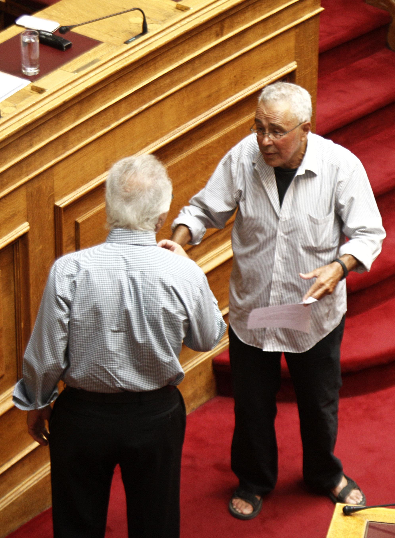 Οι υψηλές θερμοκρασίες που επικρατούν ανάγκασαν όπως φαίνεται τον βουλευτή  των Ανεξαρτήτων Ελλήνων Κώστα Ζουράρι να πάει στην χθεσινή συνεδρίαση της  ... 76b5256b736