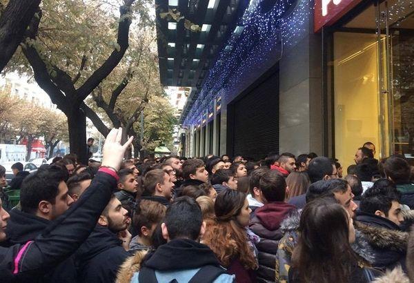 Ατελείωτες ουρές όμως σχηματίστηκαν και στην Θεσσαλονίκη όπου δεκάδες  άνθρωποι στήθηκα έξω από κατάστημα με ηλεκτρονικά είδη για να προλάβουν τις  μεγάλες ... 253ddca4e09