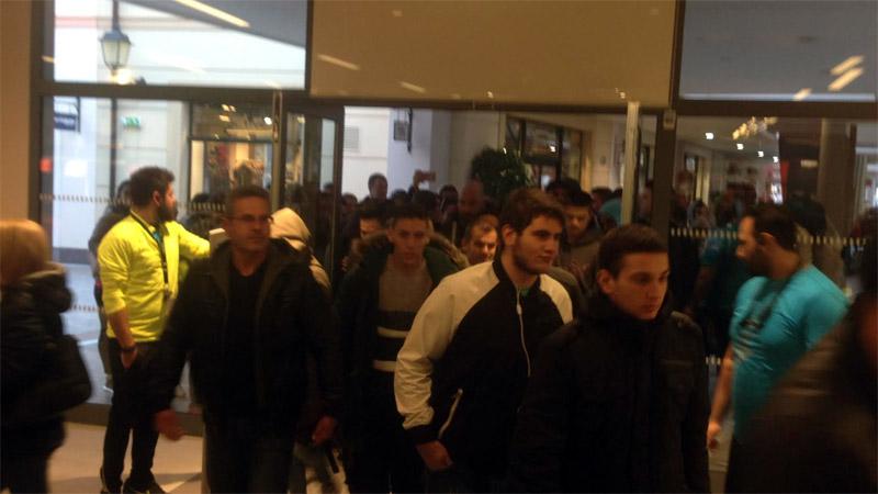 Ουρές από τα ξημερώματα για την «Black Friday» και στη Θεσσαλονίκη Η   Black  Friday   ξεκίνησε για τα καλά και στη Θεσσαλονίκη. 3def8743f4d