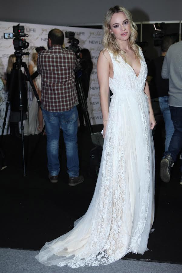 ac1e559555e4 Backstage εικόνες  Οι celebrities φόρεσαν νυφικά για καλό σκοπό