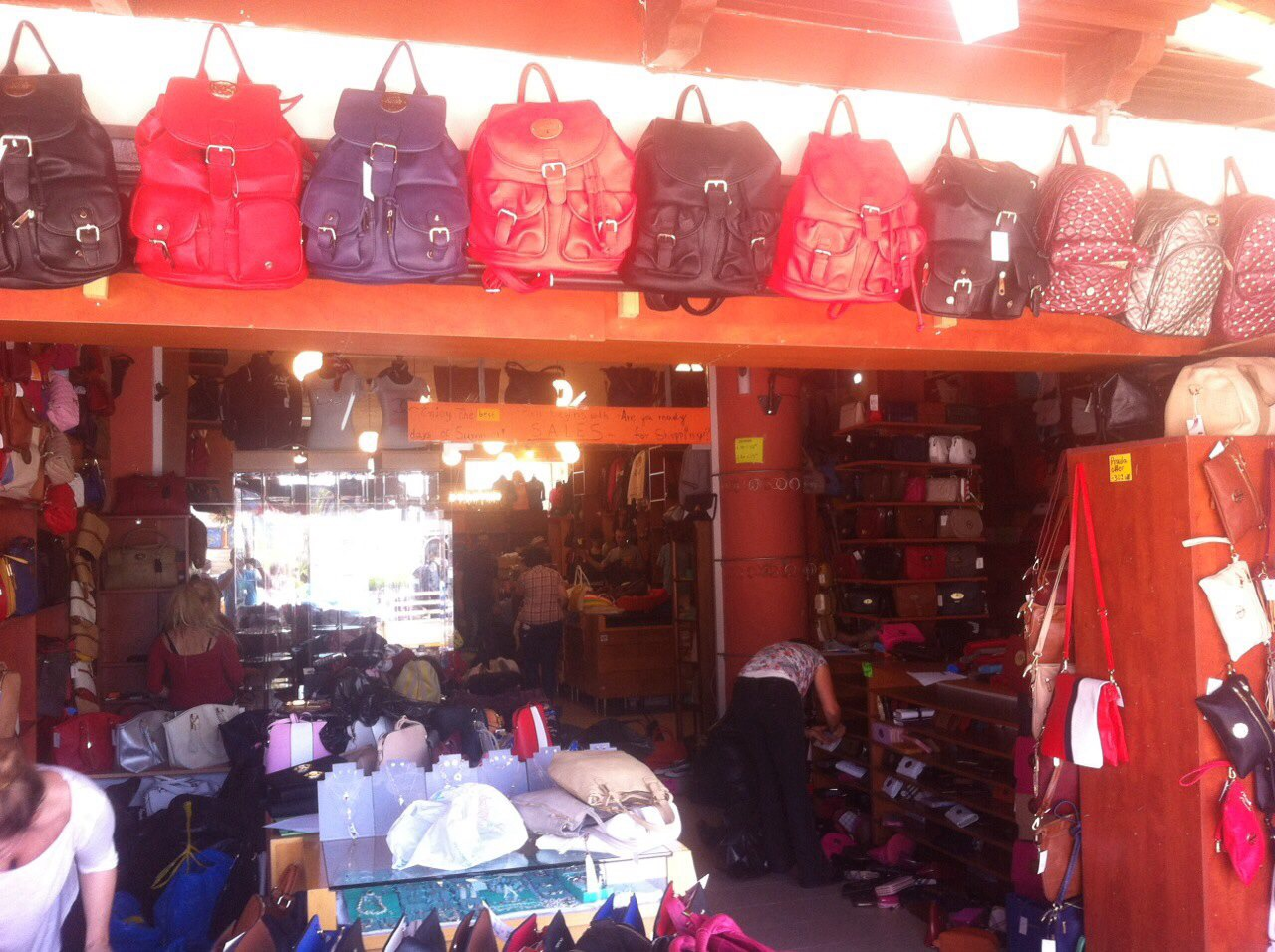 037d60d276 Προς καταστροφή 20.000 κινεζικά ρούχα και 6.200 τσάντες και πορτοφόλια