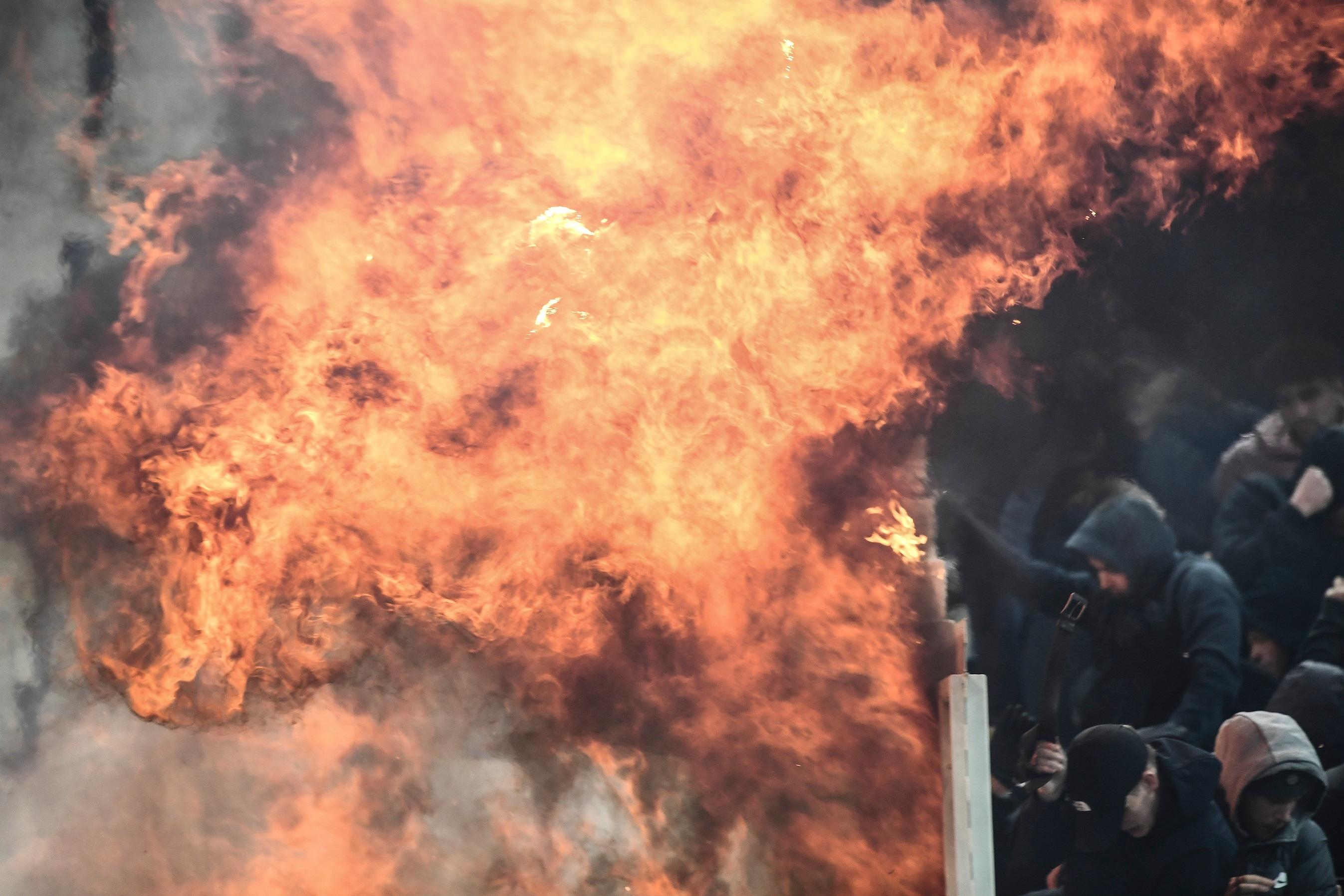 Άγρια επεισόδια στις κερκίδες του ΟΑΚΑ με οπαδούς της ΑΕΚ και του Άγιαξ! (φωτο-βιντεο)