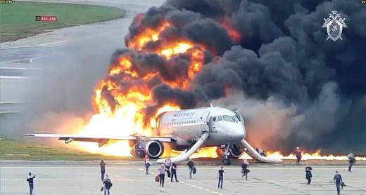 Μόσχα - Αεροσκάφος στις φλόγες: Σοκαριστικό βίντεο από την τραγωδία με τους 41 νεκρούς (BINTEO)